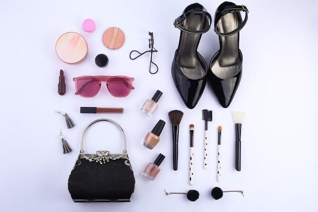 Bovenaanzicht een set make-up en modeaccessoires voor dames