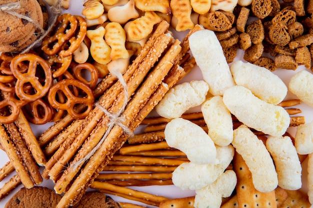 Bovenaanzicht een soort koekje met broodstokken met bagels en paneermeel