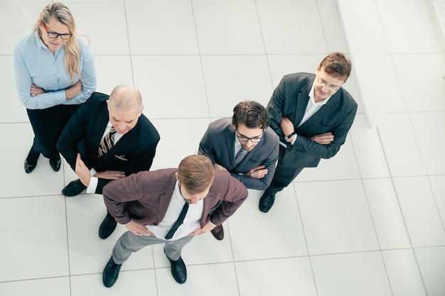 Bovenaanzicht een team van diverse professionele medewerkers die bij elkaar staan