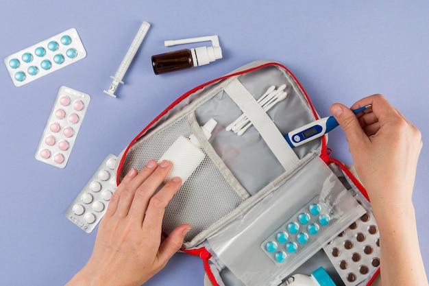 Bovenaanzicht ehbo-doos met medicijnen