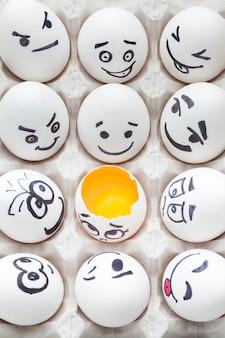 Bovenaanzicht eieren met emoji-tekening