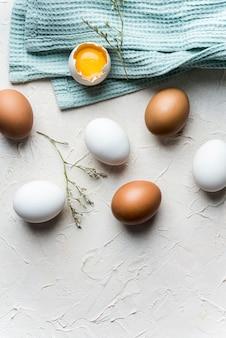 Bovenaanzicht eieren op witte achtergrond
