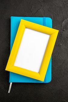 Bovenaanzicht elegante fotolijst met notitieblok op donkere ondergrond aanwezig kleur liefde familie foto cadeau portret