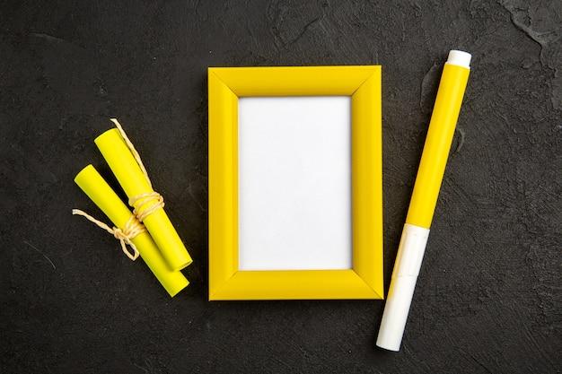 Bovenaanzicht elegante fotolijst met potlood op donkere ondergrond aanwezig kleur liefde familie foto cadeau portret