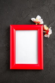 Bovenaanzicht elegante fotolijst met rode hoeken op het donkergrijze oppervlak portret familie cadeau foto aanwezig kleur liefde