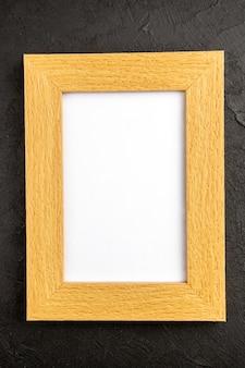 Bovenaanzicht elegante fotolijst op donkergrijze achtergrond cadeau aanwezig foto portret kleur familie liefde