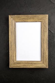 Bovenaanzicht elegante fotolijst op donkergrijze achtergrond cadeau cadeau liefde foto portret kleur familie