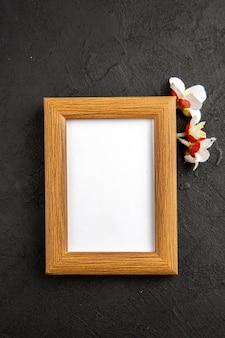 Bovenaanzicht elegante fotolijst op donkergrijze achtergrond portret familie cadeau foto liefde huidige kleur