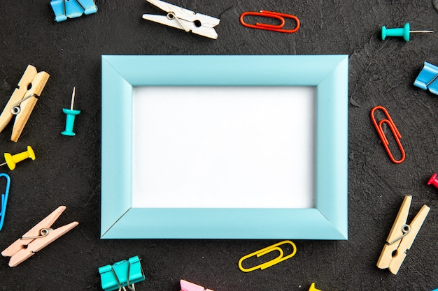 Bovenaanzicht elegante fotolijst op een donkere achtergrond aanwezig liefde foto cadeau portret kleur