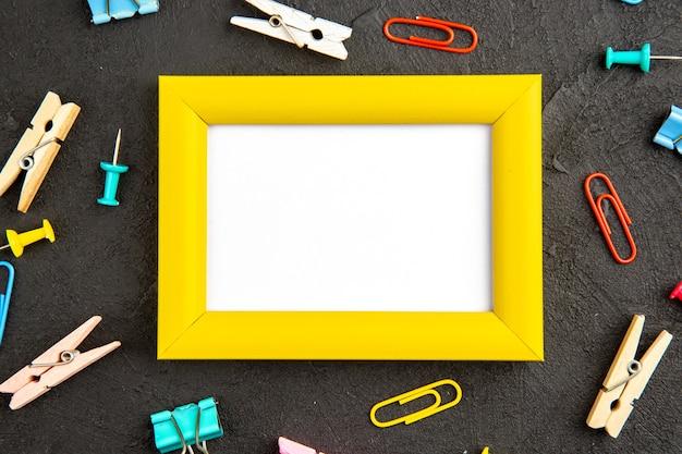 Bovenaanzicht elegante fotolijst op een donkere achtergrond huidige kleur liefde foto cadeau portret
