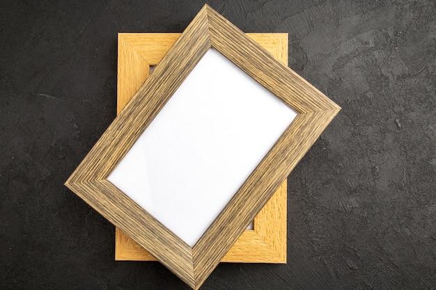 Bovenaanzicht elegante fotolijsten op donkergrijs oppervlak kleur cadeau foto portret familie liefde