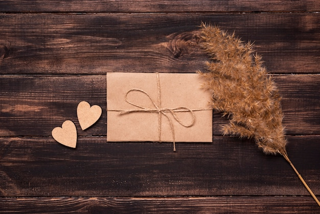 Bovenaanzicht elegante papieren bruiloft uitnodiging