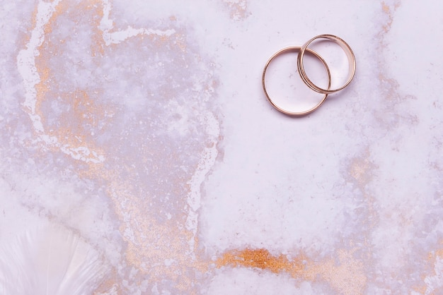 Bovenaanzicht elegante trouwringen op tafel