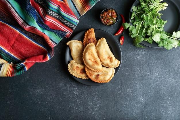 Bovenaanzicht empanadas op plaat