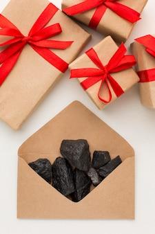 Bovenaanzicht envelop gevuld met kolenerts en geschenken