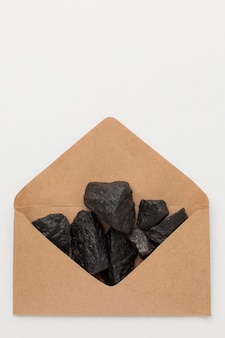 Bovenaanzicht envelop gevuld met kolenerts