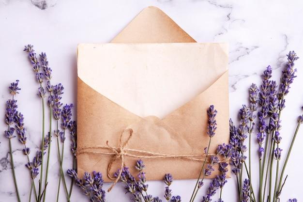 Bovenaanzicht envelop met kopie ruimte, lavendel.
