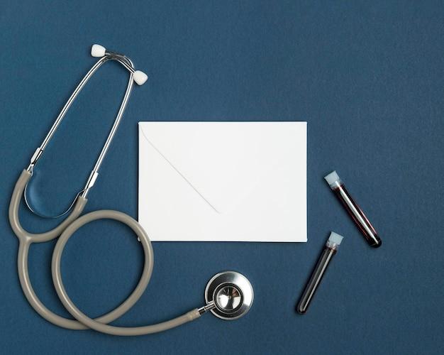 Bovenaanzicht envelop met medische stethoscoop