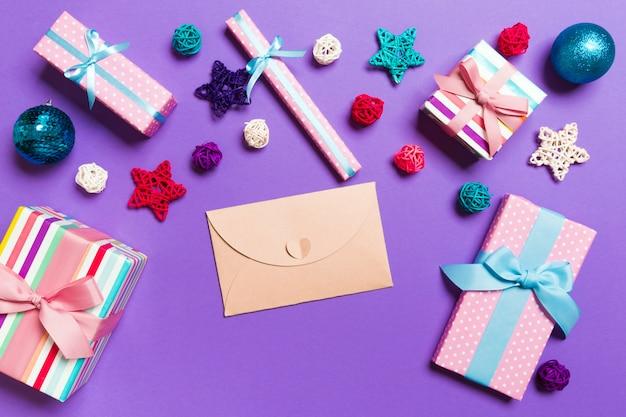 Bovenaanzicht envelop op paars. decoraties. kerstvakantie
