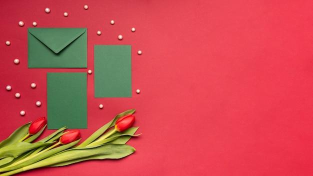 Bovenaanzicht enveloppen en bloemen met kopie ruimte