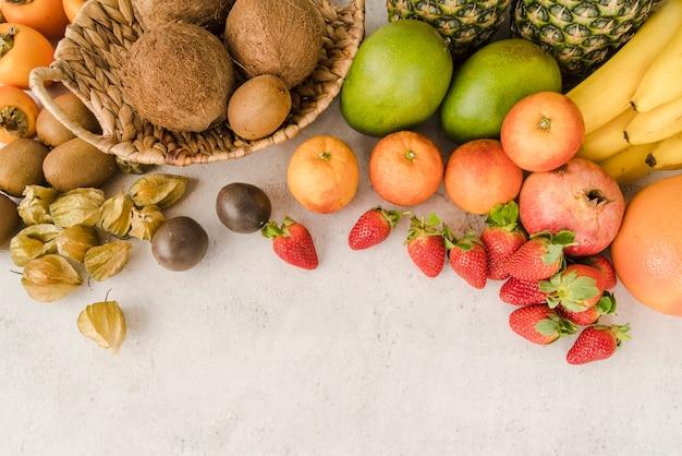 Bovenaanzicht exotische vruchten met kopie ruimte