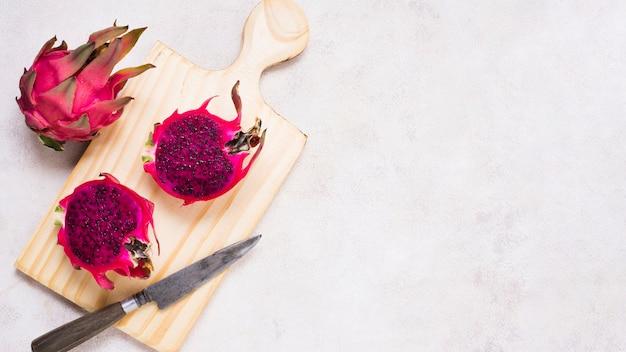 Bovenaanzicht exotische vruchten op tafel met kopie ruimte