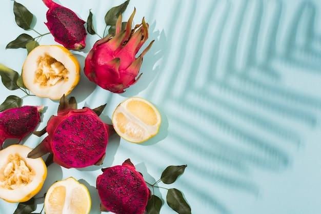 Bovenaanzicht exotische vruchten op tafel
