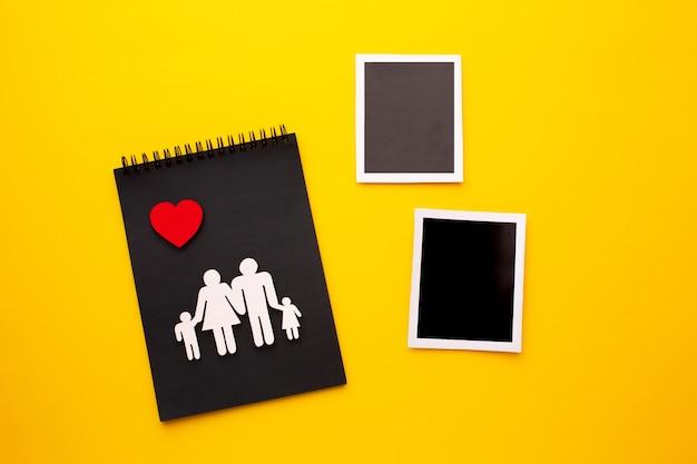 Bovenaanzicht familie figuur met instant foto's