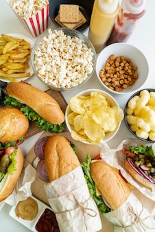 Bovenaanzicht fastfood op tafel
