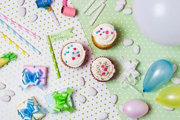 Bovenaanzicht feestelijk arrangement voor verjaardagsfeestje