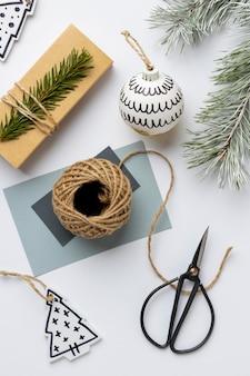 Bovenaanzicht feestelijk kerstornamenten arrangement met kaart