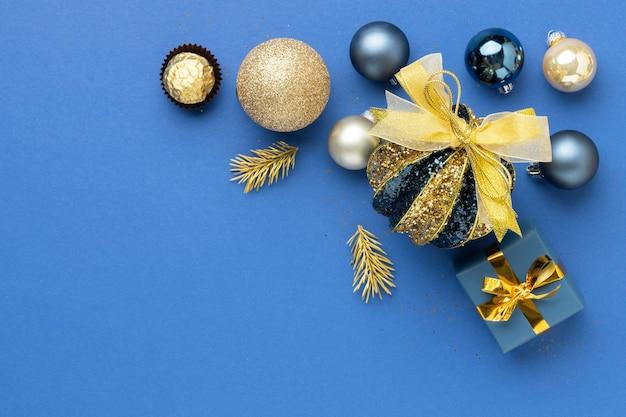 Bovenaanzicht feestelijk kerstversieringen arrangement met kopieerruimte