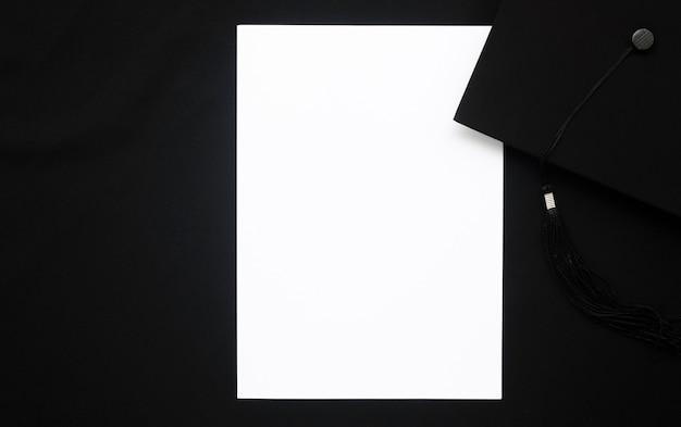Bovenaanzicht feestelijke afstuderen arrangement met lege kaart