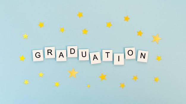 Bovenaanzicht feestelijke afstuderen arrangement met tekst op witte blokjes