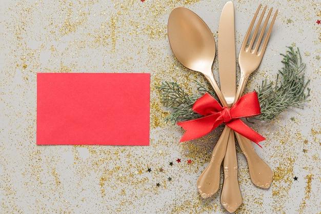 Bovenaanzicht feestelijke kersttafel arrangement