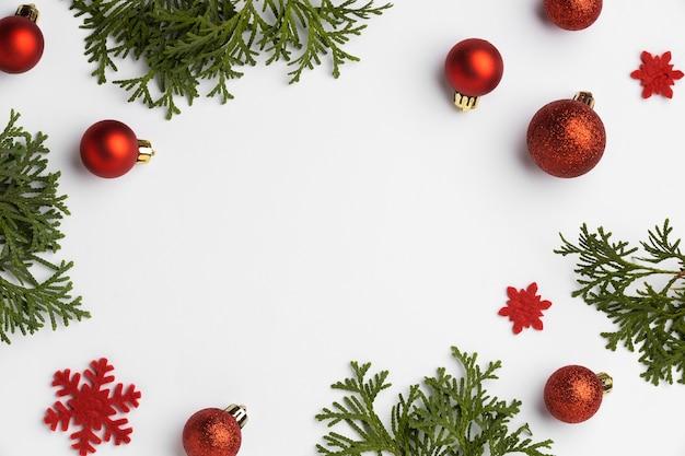 Bovenaanzicht feestelijke kerstversieringen met kopieerruimte