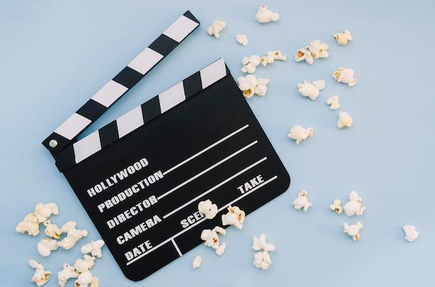 Bovenaanzicht film filmklapper met popcorn