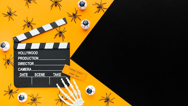 Bovenaanzicht filmklapper en spinnen met kopie ruimte