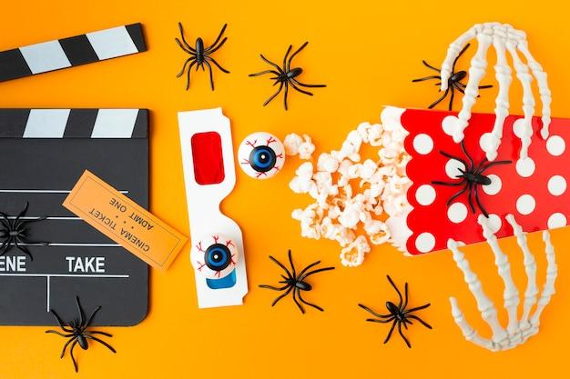 Bovenaanzicht filmklapper met 3d-bril en popcorn