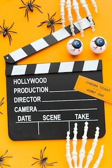 Bovenaanzicht filmklapper met halloween-elementen