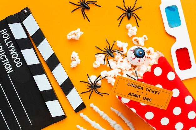 Bovenaanzicht filmklapper met popcorn en spinnen