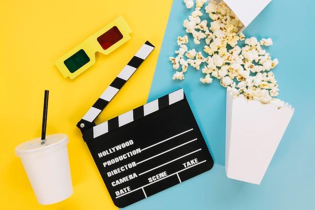 Bovenaanzicht filmklapper met popcorn op tafel