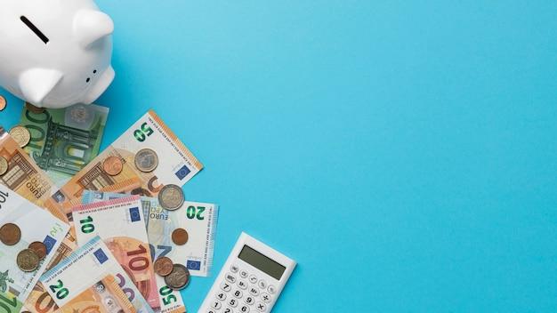 Bovenaanzicht financiële elementen regeling met kopie ruimte