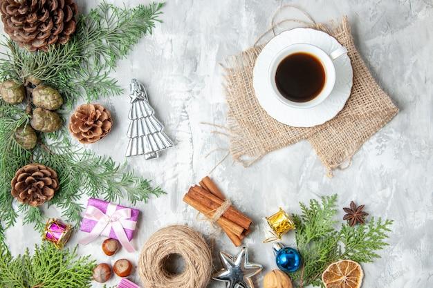 Bovenaanzicht fir tree takken kegels een kopje thee op grijze achtergrond