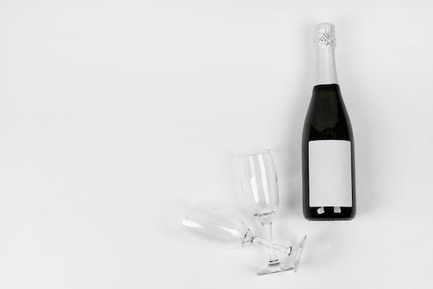 Bovenaanzicht fles en glazen met kopie-ruimte