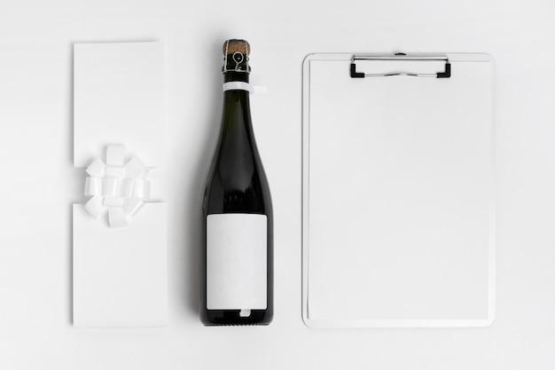 Bovenaanzicht fles en klembord arrangement