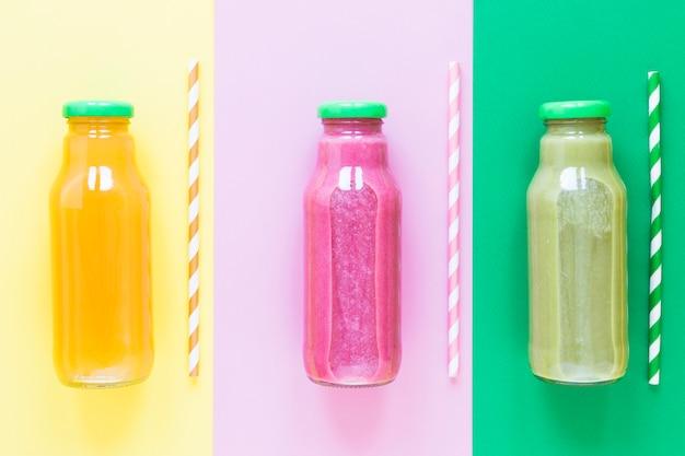 Bovenaanzicht flessen met smoothie