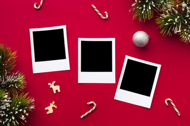 Bovenaanzicht foto's op een tafel met mock-up
