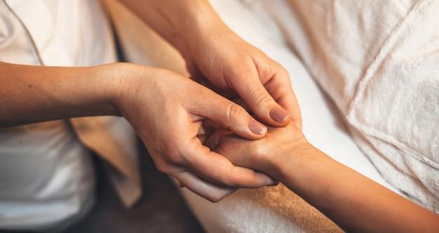 Bovenaanzicht foto van een handmassage procedure gedaan in een professionele spa salon