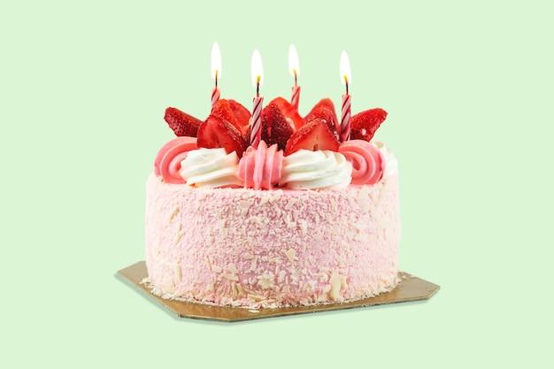 Bovenaanzicht foto van een verjaardagstaart gegarneerd met aardbeien geïsoleerd